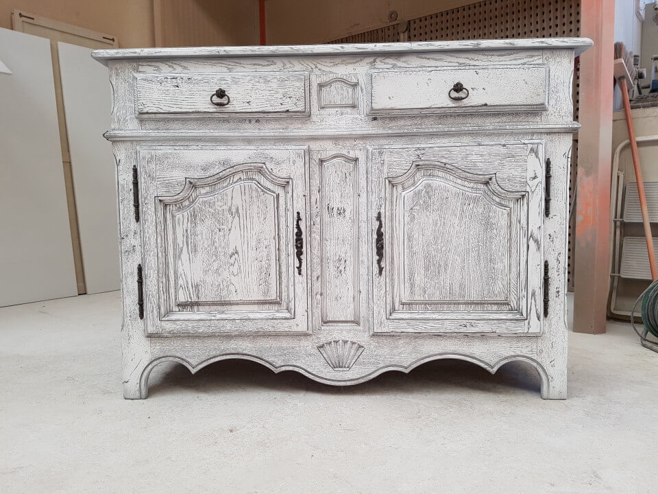 Rénovation d'un buffet. Blanc patiné gris