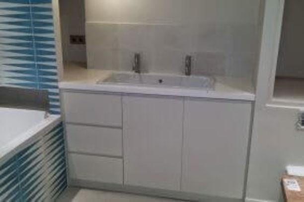 Création d'un meuble de salle de bain avec rangement à Paris Paris