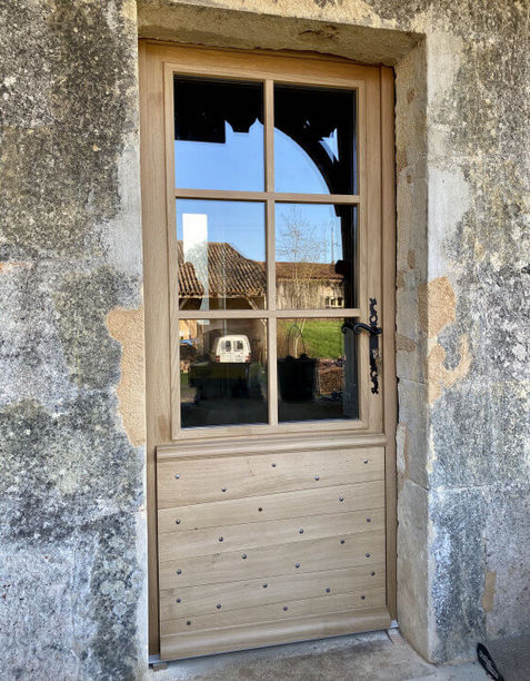 Sublimer sa maison jusqu'à sa porte d'entrée... fabrication artisanale d'une porte en #chêne massif périgourdine. le savoir faire unique des compagnons du bois. montagnac-sur-lède 47