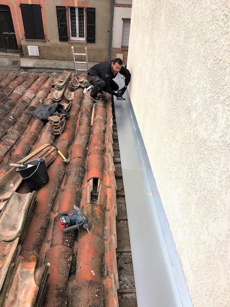 Zingueur sur un toit à Pau