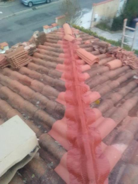Pose d'un joint d'étanchéité sur le faitage d'une toiture à Pau
